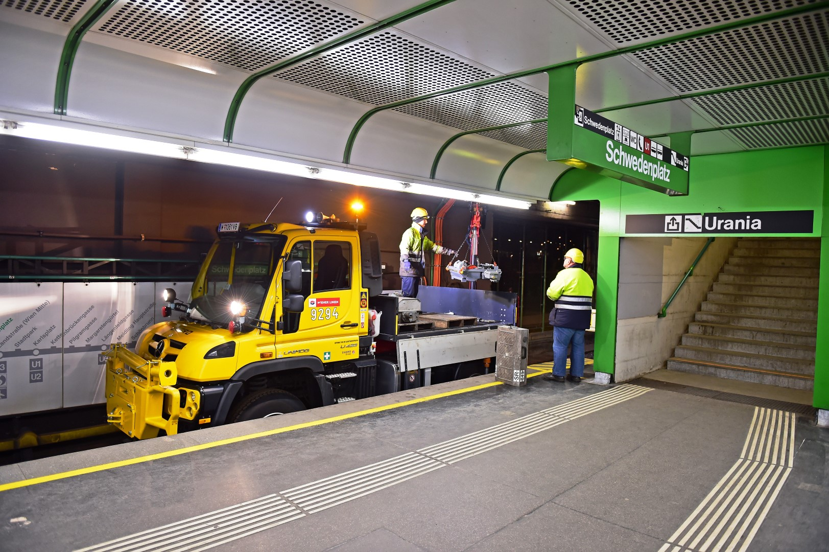 Im Unimog Unterwegs Auf Den Schienen Der Wiener Linien